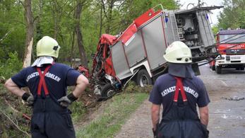 Négyen megsérültek, amikor felborult egy szirénázó tűzoltóautó