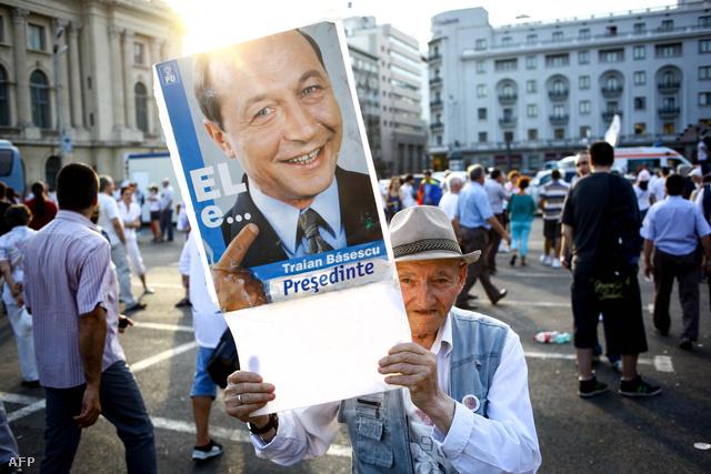 Basescu mellett demonstráló idős férfi egy pártrendezvényen