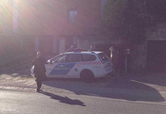 Biszku Bélát elviszik a rendőrök.