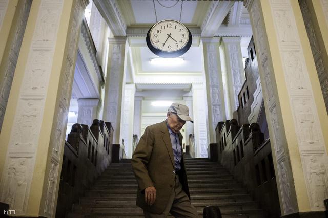 Biszku Béla távozik a II. kerületi Budai Központi Kerületi Bíróság épületéből 2012. szeptember 10-én.