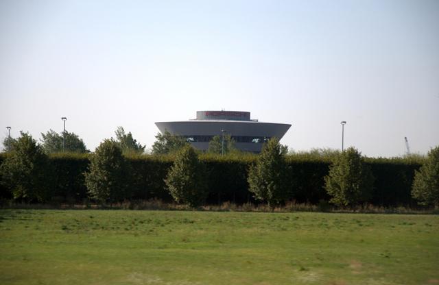 Messziről felsejlik az irányítótorony-szerű központi épület. Sok lóerőt vizionáltunk