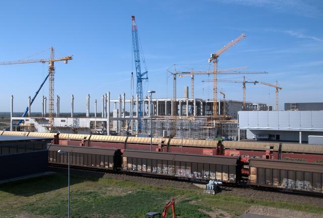 ...kicsit emlékeztet a gigantikus hányásként Budapest szélén tornyosuló bedőlt spanyol Tópark-betontömbre...