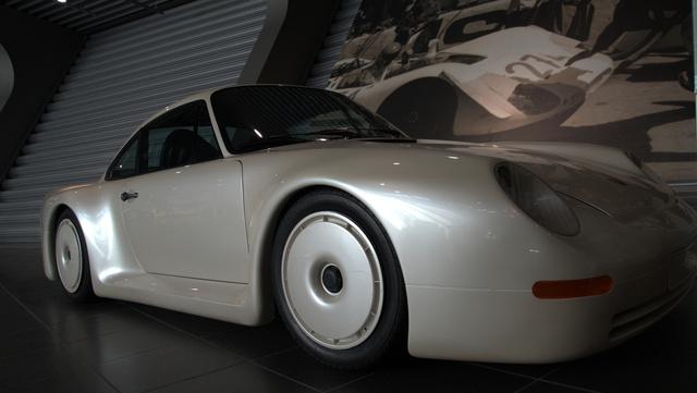 Ismételjék: 1983, 1983. Automatikusan kapcsolódó összkerékhajtás, iszonyatos erő, egy rövid ideig a világ leggyorsabb autója volt. A B-csoportnak készült