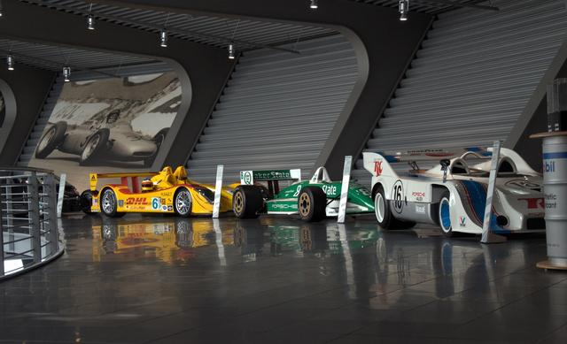 Elöl az Audi-Porsche, majd a March-Porsche és az ALMS-autó