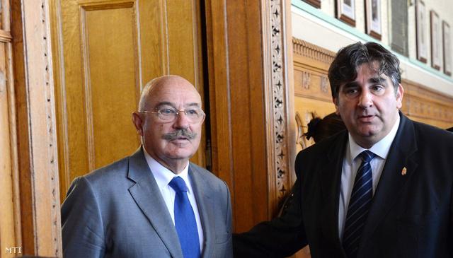 Martonyi János külügyminiszter (b) és Balla Mihály az Országgyűlés külügyi bizottságának elnöke megérkezik a testület ülésére