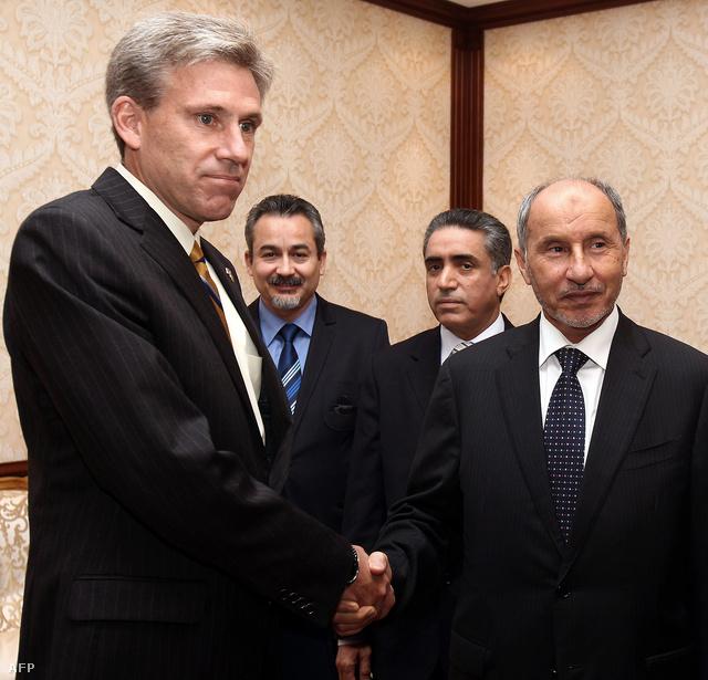 Christofer J. Stevens nagykövet és Mustafa Abdel az Átmeneti Tanács elnöke júniusi találkozójukon Tripoliban