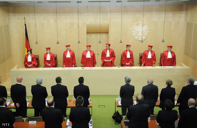 Andreas Voßkuhle, a német alkotmánybíróság elnöke ismerteti a testületnek az Európai Stabilitási Mechanizmusról (ESM) hozott döntését Karslruhéban.