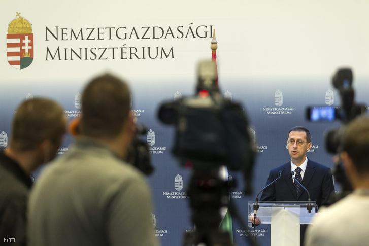 Varga Mihály sajtótájékoztatót tart 2016. május 21-én miután a Fitch Ratings nemzetközi hitelminõsítő visszaemelte a befektetési ajánlású osztályzati sávba Magyarország államadós-besorolását.