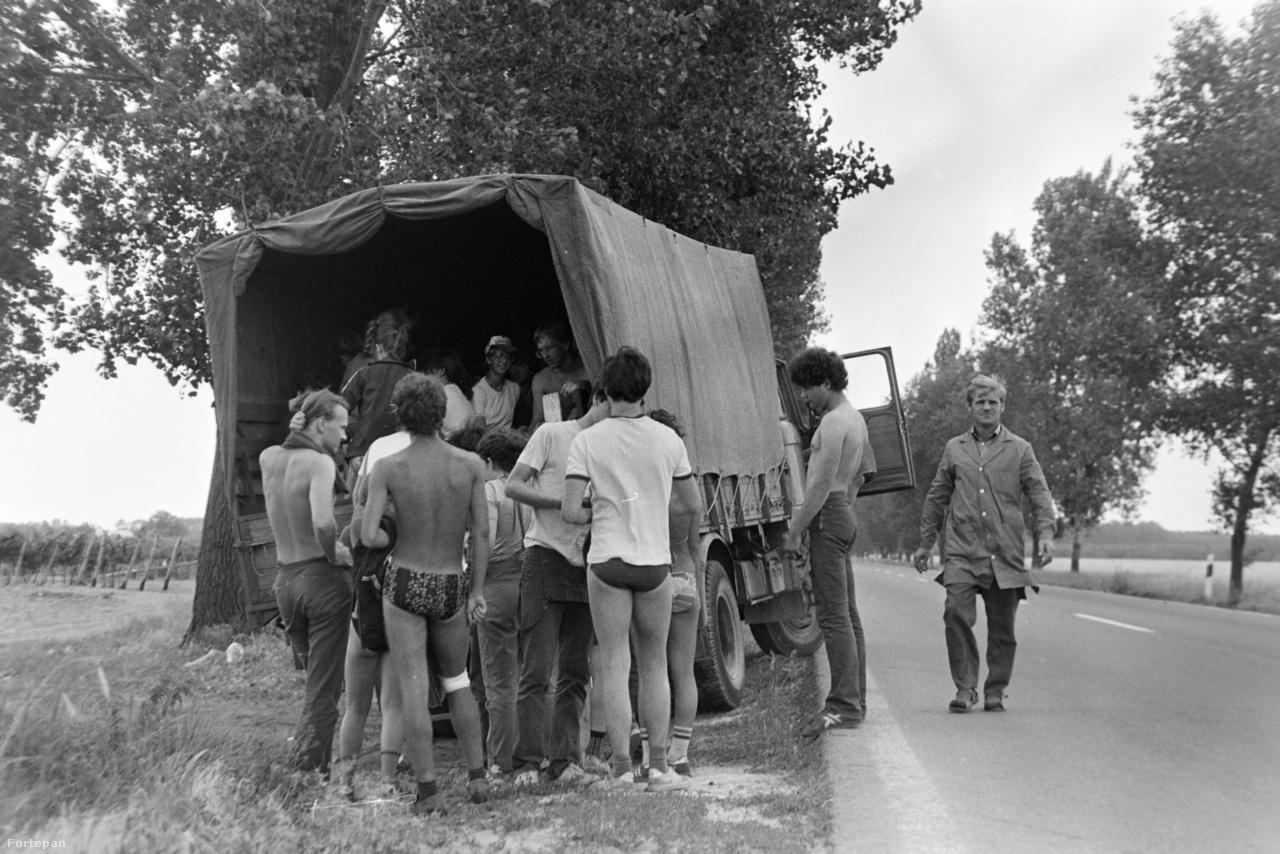 """1982-ben, az építőtábori mozgalom 25. évfordulója alkalmából tartott ifjúsági tanácskozáson Aczél György, az MSZMP részéről így fogalmazott: """"Minden felnövekvő generációt meg kell nyernünk a szocializmus ügyének, mert amíg párt van, addig szövetség is van. Van ma, s lesz húsz év múlva is."""" Ebben tévedett, a rendszerváltás elsodorta a kommunista ifjakat. Ilyen teherautókkal vitték ki kora reggel a táborozókat a földekre. A platón 50-60 tizenéves zötykölődött hányingerrel küzdve, legtöbbjük üres gyomorral. Mivel nem ahhoz voltak szokva, hogy hajnali ötkor benyomjanak egy szafaládét mustárral, sokan kihagyták a reggelit."""