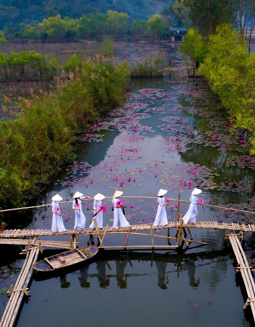 A nyertes fotó készítője ezzel szerette volna bemutatni a vietnámi kultúrát, a nők az ország nemzeti viseletét, az Ao Dai-t hordják. A gyönyörű tavaszi kép a fővárosban, Hanoiban készült.