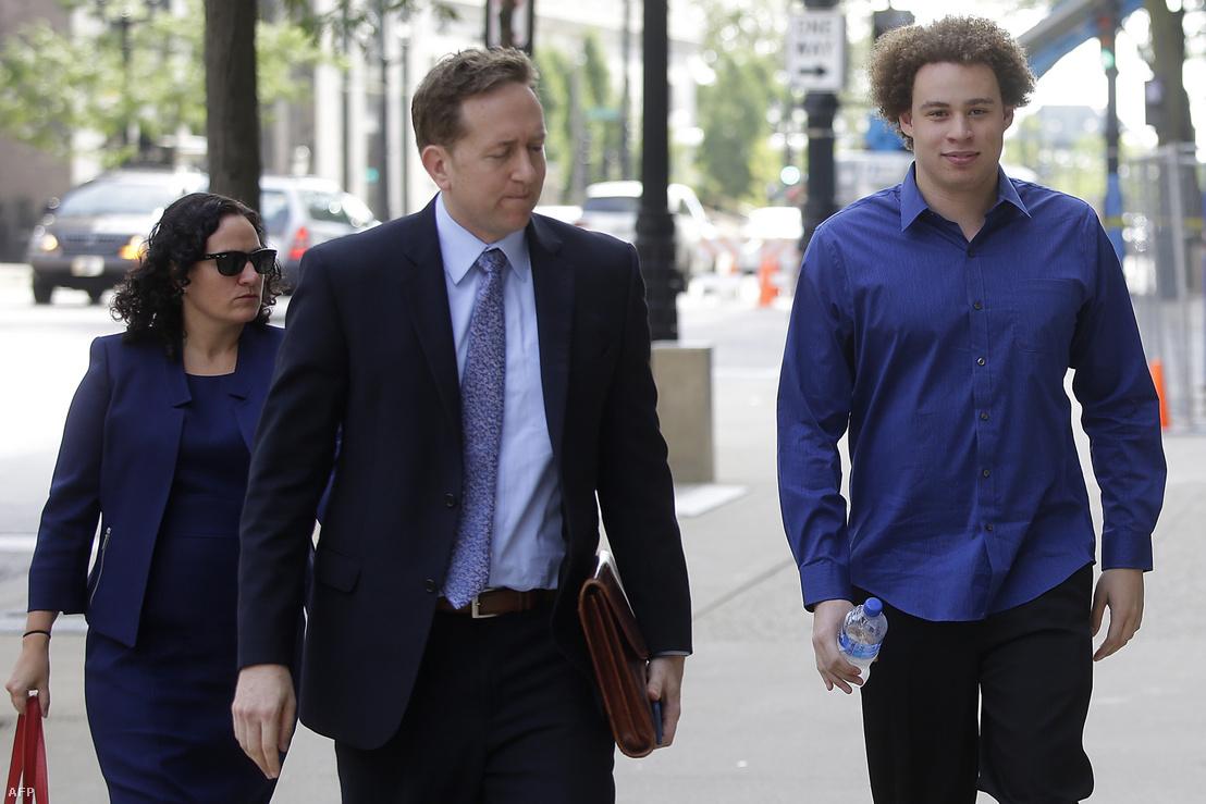 Marcus Hutchins (jobbra) és ügyvédei Marcia Homann (balra) és Brian Klein (középen) érkezneka bíróságra Milwaukee-ben 2017. augusztus 14-én
