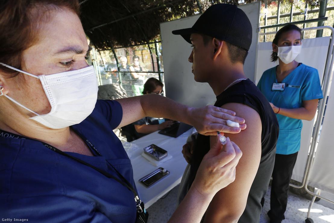 Influenza elleni oltást adnak be a koronavírussal való keresztfertőzés megelőzése miatt Chile-ben 2020. március 17-én.