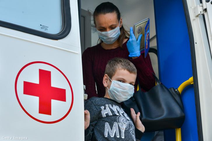 Édesanya és gyermeke egy mobil COVID-19 tesztelő ponton Oroszországban 2020. Május 13-án.
