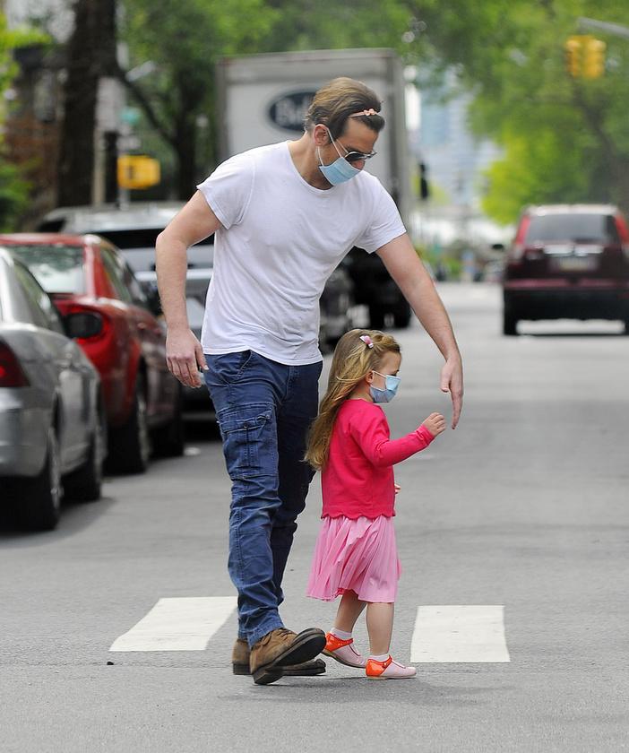 A családi fotók most azért is érdekesek, mert Bradley Cooper egy rózsaszín, masnis hajpántot is felhúzott azért, hogy boldoggá tegye a kislányát.