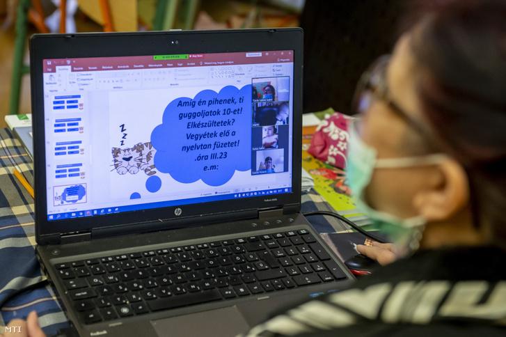 Egy általános iskolai pedagógus távoktatásban tanít 2020. március 23-án.