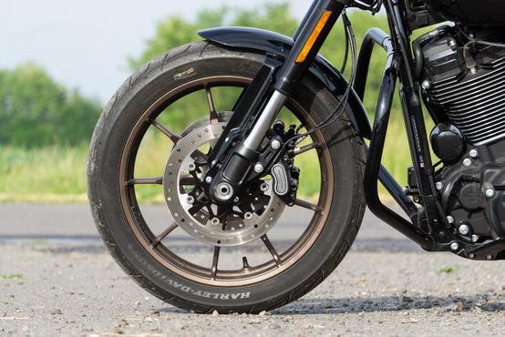 Zseniális húzás volt a fekete motorra bronzszínű felniket rakni