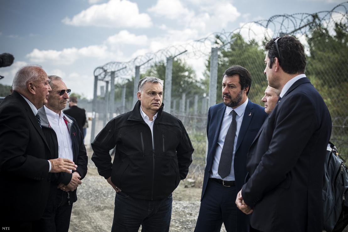 Orbán Viktor miniszterelnök (középen), Matteo Salvini olasz belügyminiszter, miniszterelnök-helyettes (jobbról a harmadik) és Pintér Sándor belügyminiszter (balról a második) határszemlén Röszkénél 2019. május 2-án