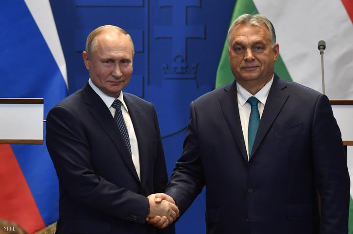 Vlagyimir Putyin orosz elnök (balra) és Orbán Viktor miniszterelnök a tárgyalásukat követően tartott sajtótájékoztatón a Karmelita kolostorban 2019. október 30-án.