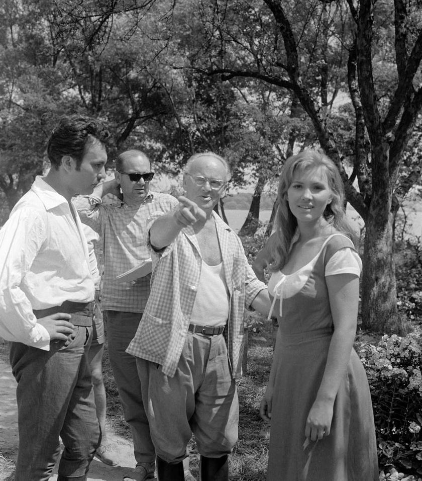 Gertler Viktor rendező Pécsi Ildikót (Noémi) és Csorba Andrást (Tímár Mihály) instruálja Az aranyember forgatásán.