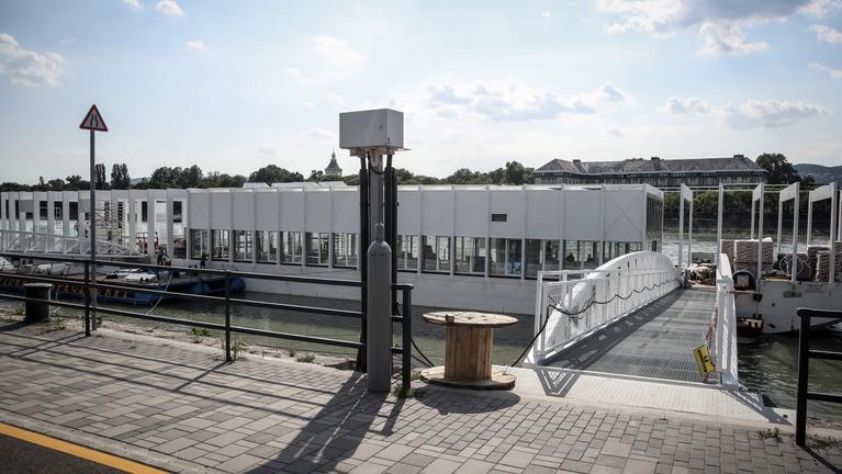 Alig épült meg uniós pénzből az úszóház, már esküvőhelyszínként hirdetik