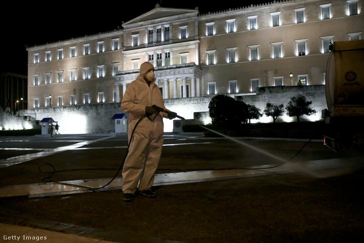 Közterület fertőtlenítése az athéni parlament épülete előtt 2020. március 31-én