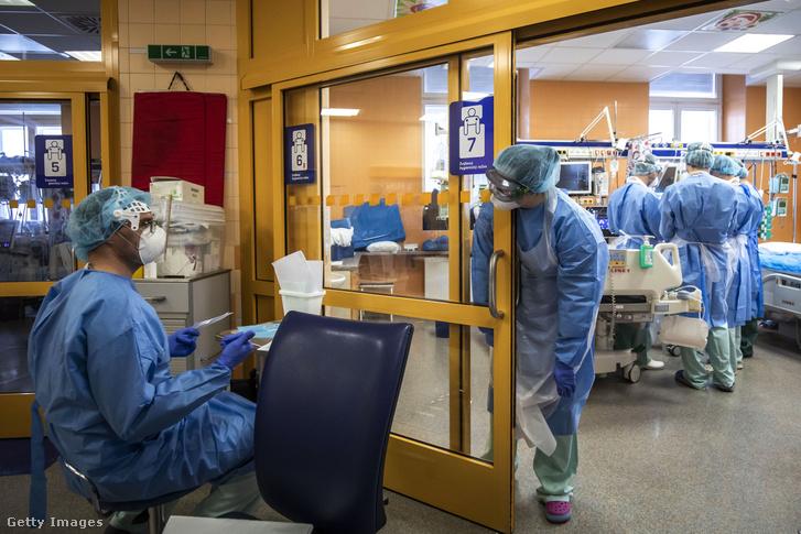 Koronavírusos beteget kezelnek egy prágai kórházban 2020. március 28-án