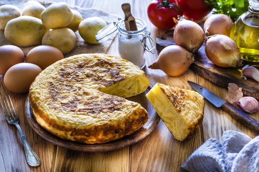 Spanyol krumpliomlett jó hagymásan: senki nem marad utána éhes