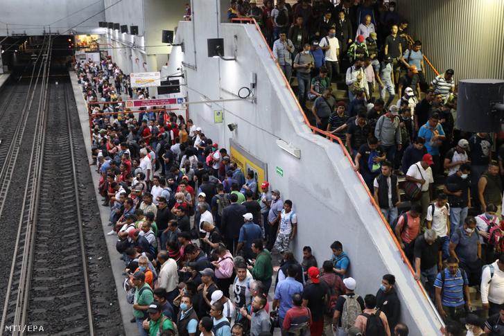 Tömeg a peronon a mexikóvárosi metró Pantitlán nevű megállójánál 2020. április 15-én. A koronavírus-járvány miatt a mexikóvárosi hatóságok elrendelték, hogy április 17-től kötelező védőmaszkot vagy a szájat eltakaró kendőt viselni a metróban.