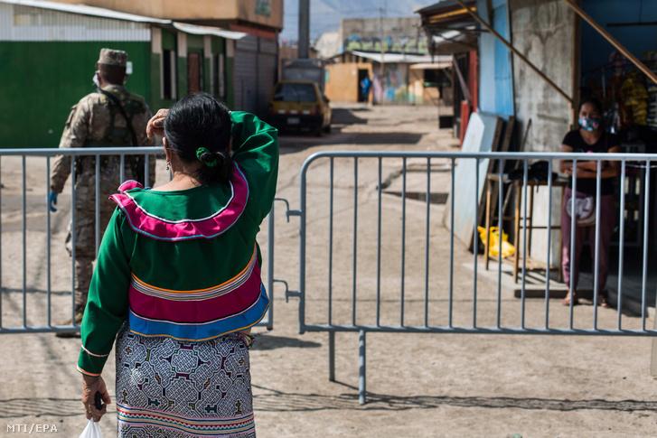 Shipibo-Conibo indián asszonyok a perui főváros Cantagallo városrészében 2020. május 14-én. Az őslakos indiánok lakta Cantagallót, ahol mintegy 250 család él a szennyezett Rimac folyó partján alapszolgáltatások nélkül a hatóságok lezárták, mivel az itt élők 72 százaléka megfertőződött a koronavírussal