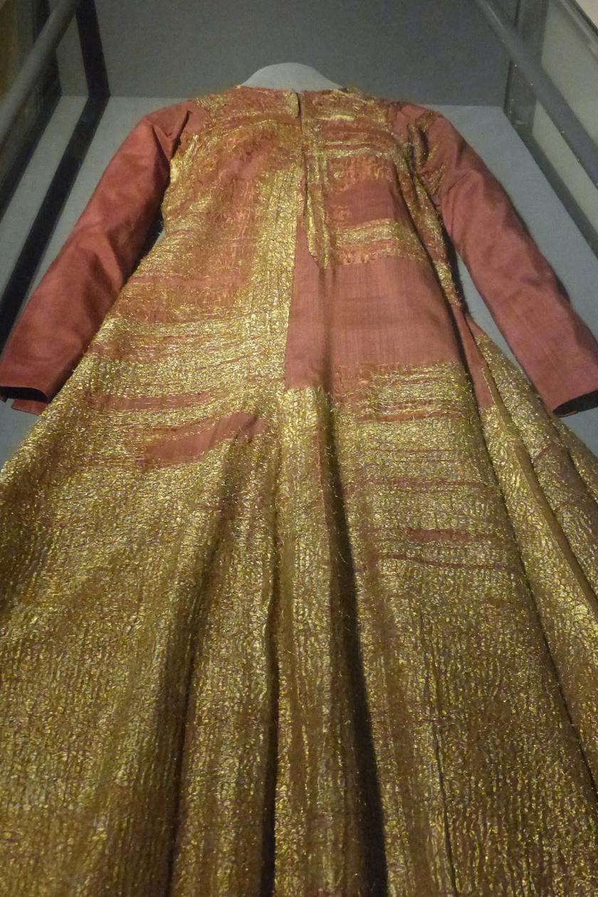 A 14-15. század fordulóján élt I. Margit dán királynő ruhája a világ legrégibb gálaruhája. X. Károly Gusztáv Roskilde-ből származó háborús zsákmánya. Az uppsalai katedrális múzeumában őrzik.