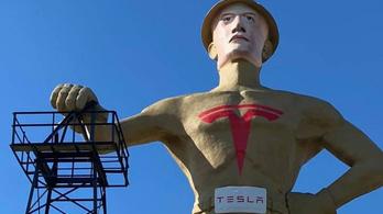 Elon Musknak öltöztettek egy 23 méteres szobrot