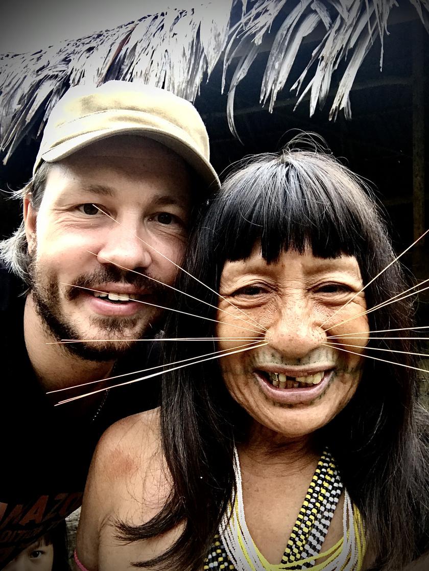 A fotós egészen közelről örökítette meg a törzsbéli, macskabajuszhoz hasonló díszeket viselő asszonyokat.