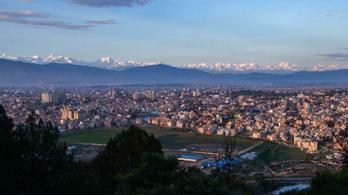 Annyira kitisztult a levegő Katmanduban, hogy el lehet látni a Mount Everestig