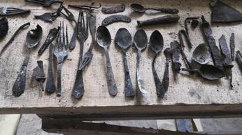 Szerszámokat, késeket, villákat találtak Auschwitz egyik blokkjának kéményében