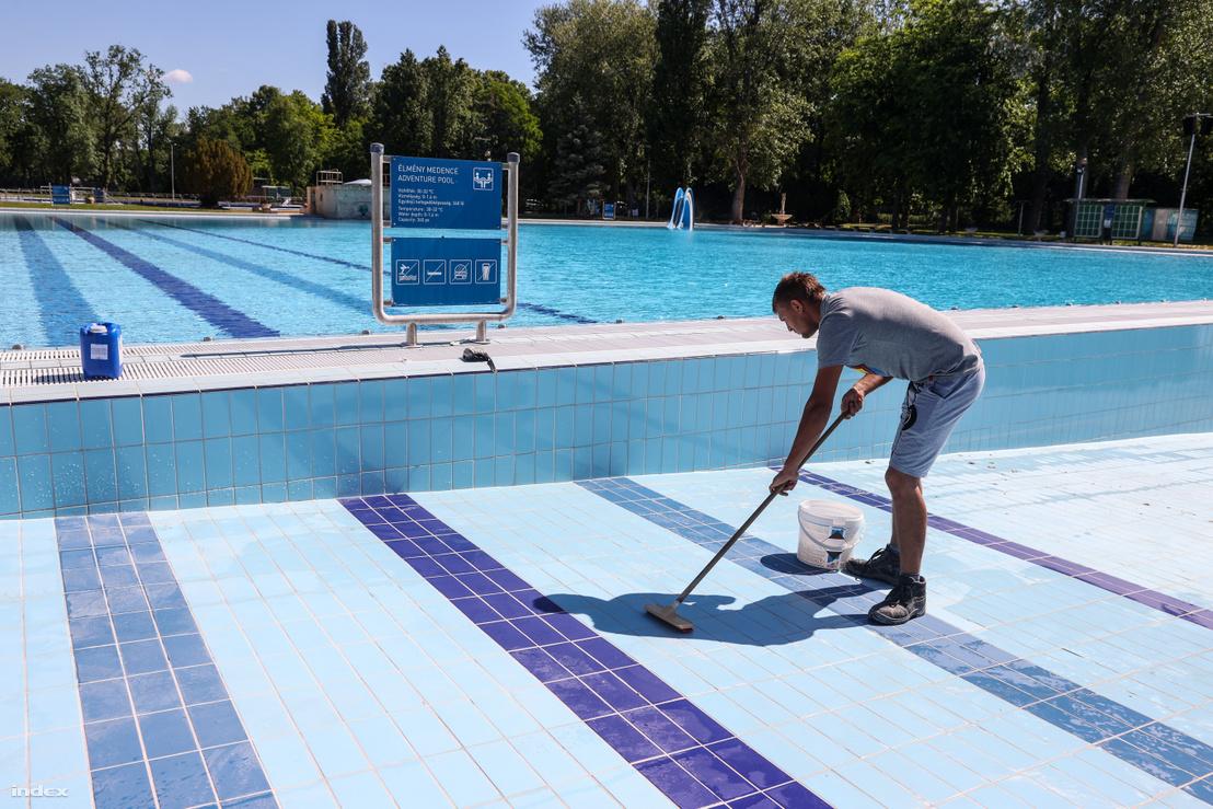 Tisztítják a Palatinus strand medencéit.
