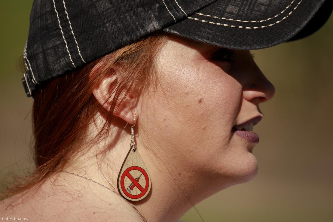 Oltásellenes fülbevalót viselő tüntető az amerikai Indianapolisban 2020. április 18-án, a koronavírus-járvány megszorításai elleni megmozduláson