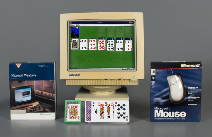 Az operációs rendszer doboza, a képernyőn a kártyajáték és egy Microsoft egér egy a pasziánszt bemutató installáción egy múzeumban