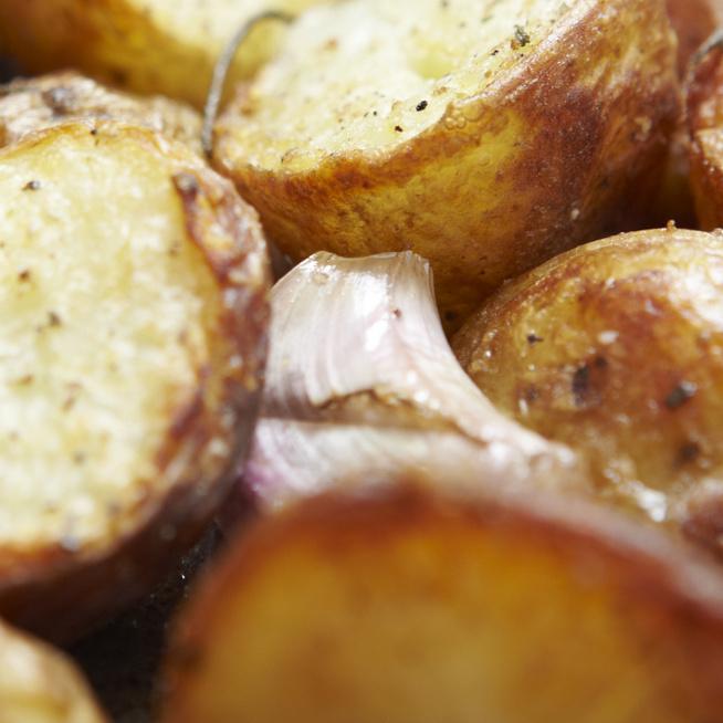 Ropogós újkrumpli könnyed szószban sütve – Pikánsan tökéletes