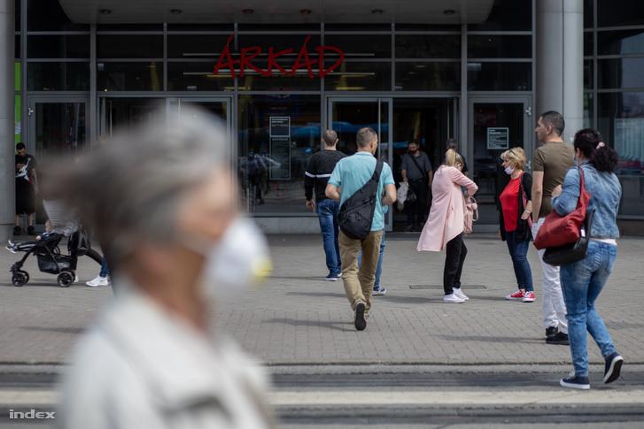 Járókelők a budapesti korlátozások feloldásának napján az Árkád bevásárlóközpontnál 2020. május 18-án