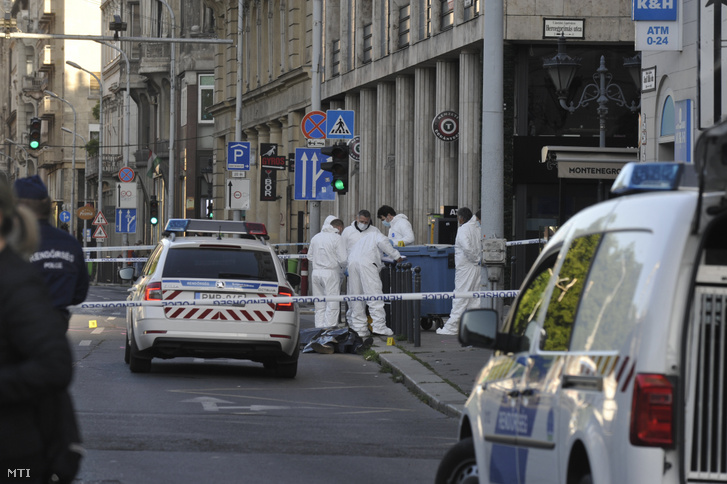Bűnügyi helyszínelők Budapesten, a József Attila utcában, ahol megöltek két férfit egy verekedésben 2020. május 22-én