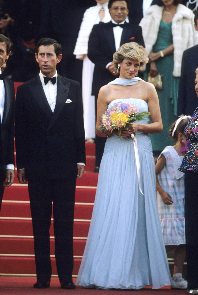 Diana hercegnő 1987-ben kedvenc tervezője, Catherine Walker babakék kreációját viselte.