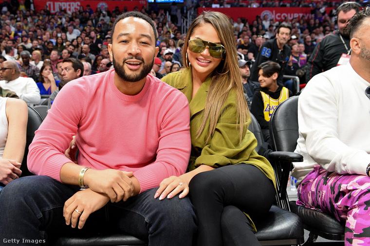 Búcsúzzunk a házaspártól ezzel  képpel, ami ugyan nem egy divatbemutatón, hanem egy kosárlabdameccsen készült róluk, de attól még ugyanannyira átjön a képről, mennyire szeretik egymást