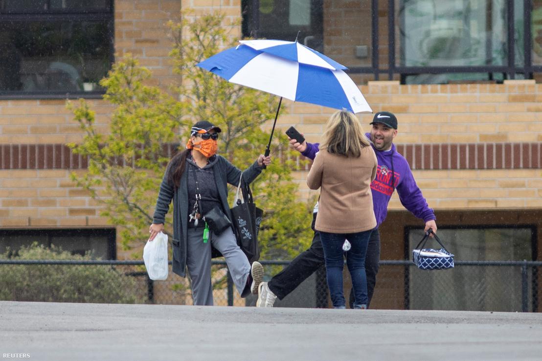 Járókelők üdvözlik egymást a koronavírus-járvány idején Ontarióban, Kanadában 2020. május 10-én