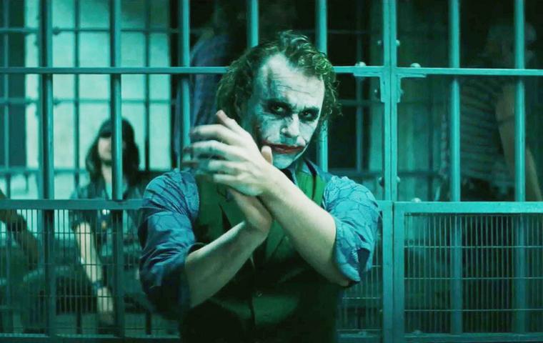 A 2008-as Batman-filmben, A sötét lovag egyik jelentében amikor Jokert, alias Heath Ledgert üldözi Batman a Batmobiljával, a rendező Christopher Nolan véletlenül összetört egy IMAX-kamerát