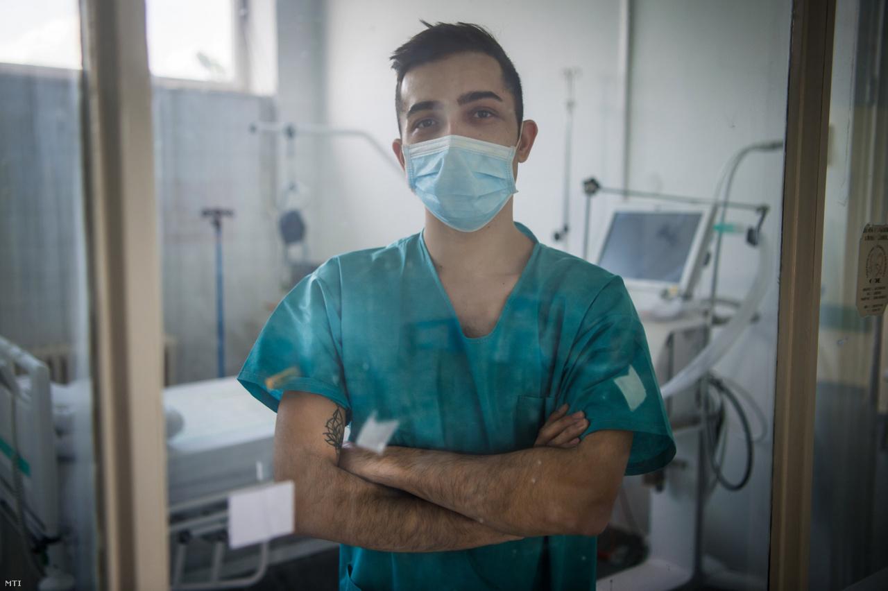 Orsós Zsolt ápoló az Országos Korányi Pulmonológiai Intézetben.