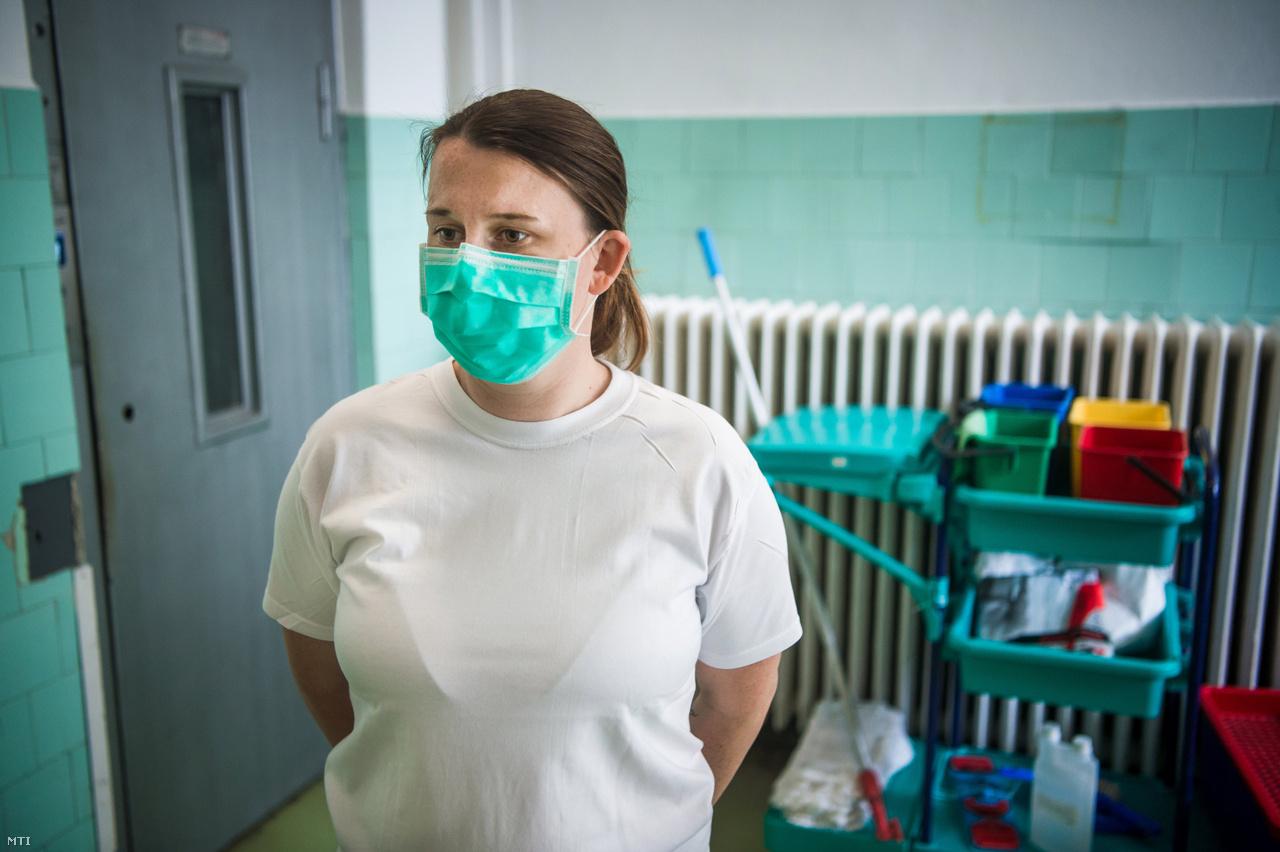 Borgulya Kitty takarítónő a Szent János Kórházban.