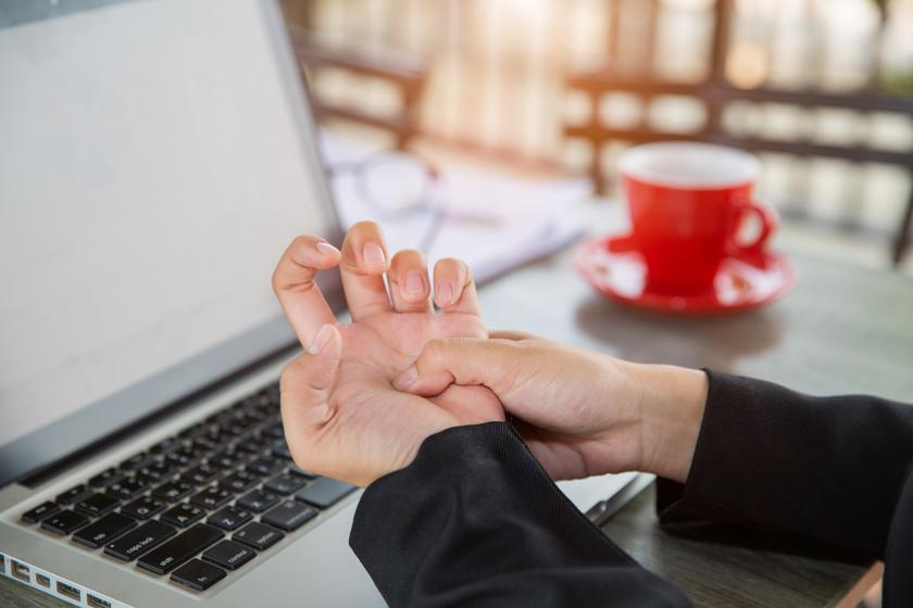 A hüvelykujj ízülete is elkophat, ami súlyos következménnyel jár - 40 év feletti nőket érinti a betegség