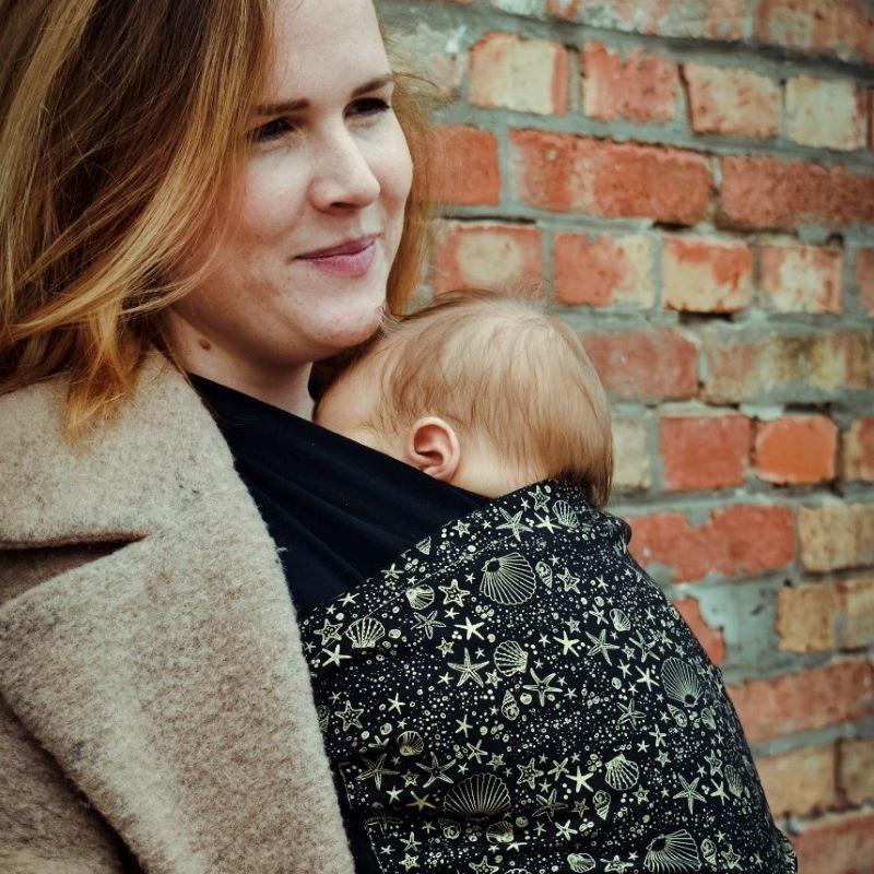 A Liliputi biopamut hordozókendője újszülött kortól 9 kg-ig használható, rugalmassága révén kényelmes a babának és mamának egyaránt. Ára: 12 990 Ft.