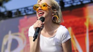 Carly Rae Jepsen is bevállalt egy félpucér albumborítót