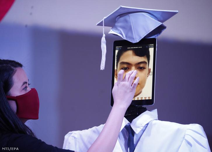 Beállításra kerül a a végzős diák portréja Taguig város egyik iskolájának diplomaosztóján